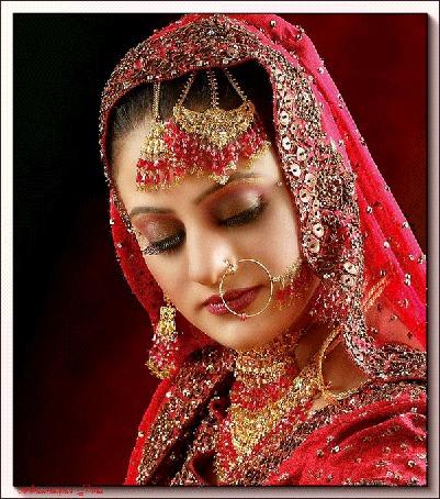 Анимация Восточная девушка в красном наряде с украшениями