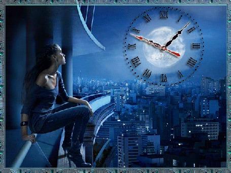 Анимация Девушка в синем на синем фоне сидит на перилах балкона и смотрит на часы автор МИРА