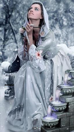 Анимация Девушка сидит в белых одеждах под снегопадом и держит в реке жемчужные бусы (© царица Томара), добавлено: 01.06.2015 13:53