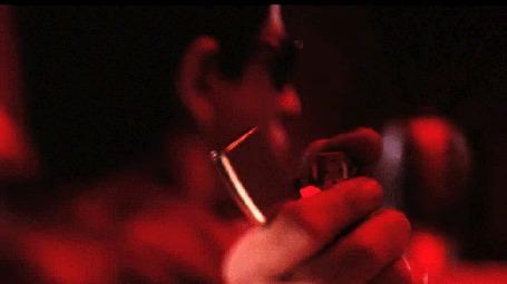 Анимация Мужчина зажигает зажигалку, поворачивает голову в ее сторону и смотрит на пламя (© Leto), добавлено: 04.06.2015 02:00