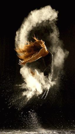 Анимация Танцующая девушка в прыжке окутана дымом изменяющим цвет (© царица Томара), добавлено: 05.06.2015 13:24
