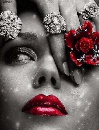 Анимация Девушка на сером фоне с перстнями и красно помадой на губах / автор ОЛЕЧЬКА