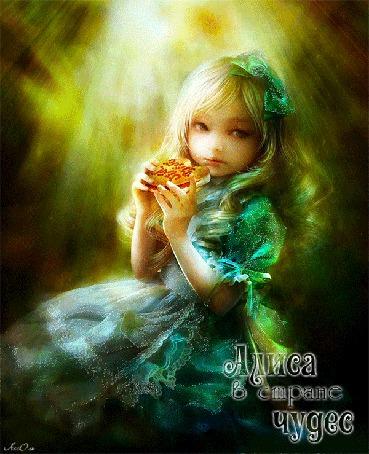 Анимация Сказочная девочка в зеленом платье на фоне солнечных лучей, держит в руках печенье (Алиса в стране Чудес) автор АссОль (© Natalika), добавлено: 07.06.2015 15:05