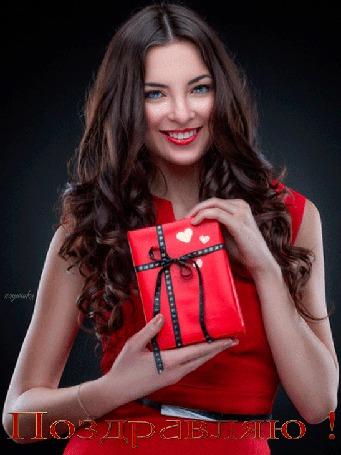 Анимация Красивая девушка в красном платье с подарком в руках на черном фоне (Поздравляю!) автор надюшка (© Natalika), добавлено: 07.06.2015 15:34
