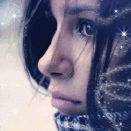 Анимация Девушка на сиреневом фоне с грустным выражением на лице в бликах снежинок