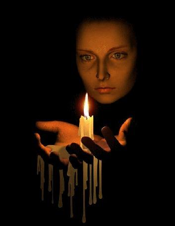 Анимация Девушка с грустным выражением на лице держит в руках свечу (© qalina), добавлено: 10.06.2015 11:21