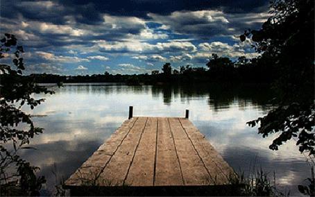Анимация Деревянные мостки уходящие в водную гладь озера, в которой отражаются плывущие по небу облака (© царица Томара), добавлено: 16.06.2015 14:52