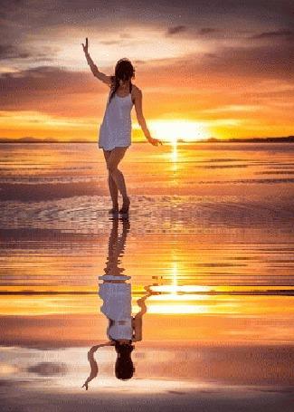 Анимация Девушка и ее отражение в воде (© zmeiy), добавлено: 19.06.2015 10:25