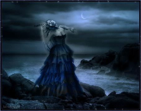 Анимация Девушка скрипачка в ночи на фоне неба, моря и луны играет на скрипке