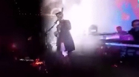 Анимация Мужчина на сцене играет на электрогитаре, в свете прожекторов и лазерной иллюминации