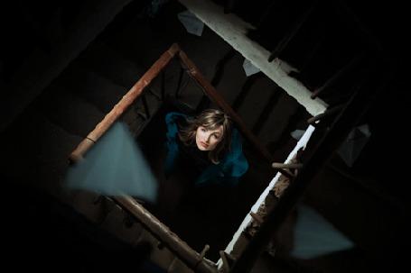 Анимация Девушка стоит на лестнице, смотря на пролетающие бумажные самолетики