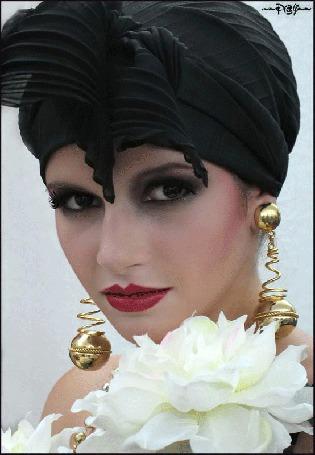 Анимация Гламурная девушка в черной чалме с серьгами и яркой помадой на губах на фоне цветка (© qalina), добавлено: 22.06.2015 17:08