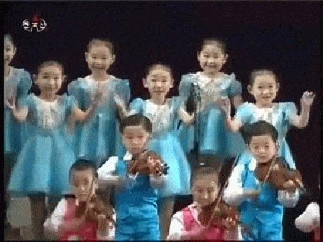 Анимация Корейская девочка исполняет странный танец