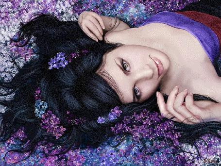 Анимация Красивая брюнетка с цветами в волосах лежит в сиреневых блестящих цветах, Mira