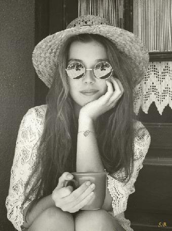 Анимация Девушка в очках и соломенной шляпке с чашкой в руке (© svetla4ok), добавлено: 30.06.2015 13:51
