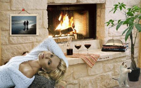 Анимация Красивая девушка лежит на фоне камина, фужеров, книг, цветов, котенка, Наташа