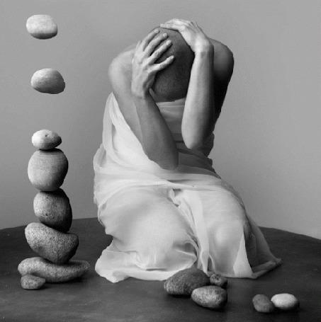 Анимация Девушка, держась за голову, сидит перед камнями (© zmeiy), добавлено: 02.07.2015 05:31