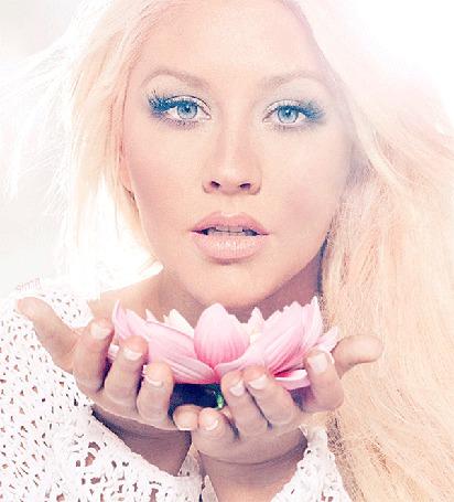 Анимация Красивая девушка с синими глазами держит в руке цветок