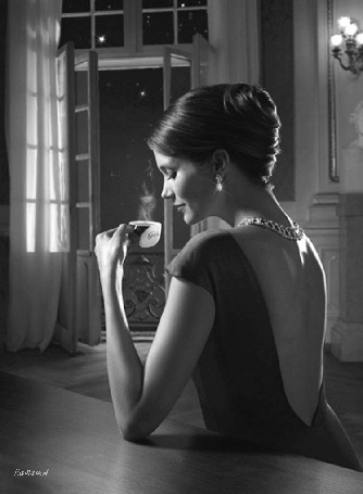 Анимация Красивая девушка на сером фоне с прической держит в руке чашечку горячего кофе на фоне ночного неба с звездами / Наташа А/ (© qalina), добавлено: 03.07.2015 17:30