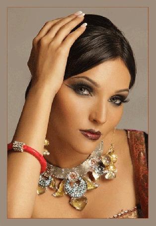 Анимация Девушка- красавица с ожерельем на шее и браслетом на руке (© qalina), добавлено: 06.07.2015 23:39