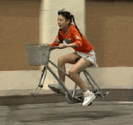 Анимация Смешная картинка, едущая, на велосипеде без колес, девушка (© phlint), добавлено: 07.07.2015 17:51