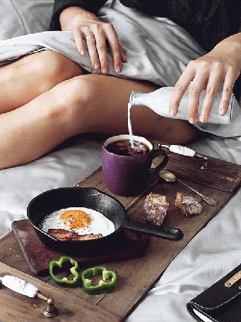 Анимация Утренний кофе с молоком и яичница с колбасой (© phlint), добавлено: 12.07.2015 10:39