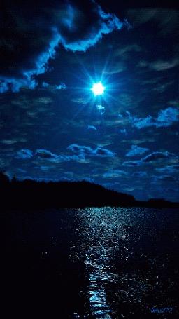 Анимация Яркая луна на ночном небе над водой (© zmeiy), добавлено: 14.07.2015 10:26