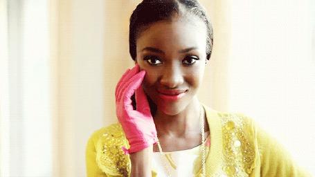 Анимация Красивая темнокожая девушка в розовых перчатках с розовой помадой на губах (© qalina), добавлено: 18.07.2015 12:00