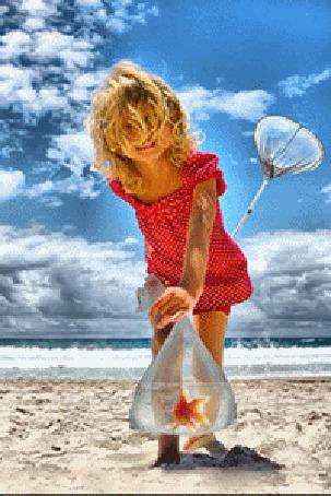 Анимация Девочка держит в руке прозрачный пакет с золотой рыбкой пойманной в море