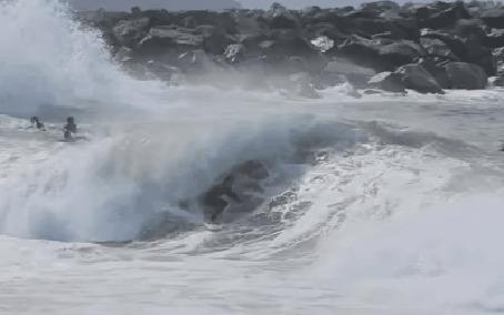 Анимация Люди аплодируют сальто мужчины в океанской волне