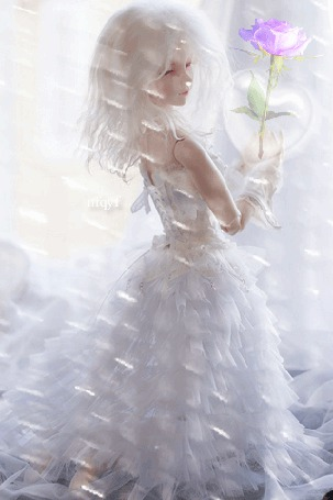 Анимация Белокурая девочка с розой в руках в белом платье на фоне хрустальных подвесок