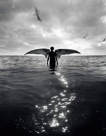Анимация Парень - ангел стоит в воде