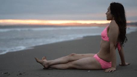 Анимация Девушка сидит на берегу моря (© Seona), добавлено: 24.07.2015 01:04