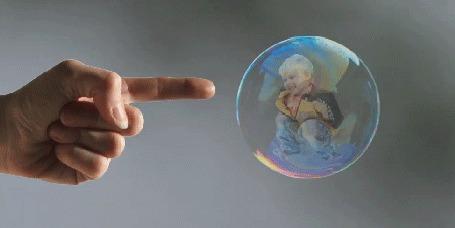 Анимация Палец толкает мыльный пузырь (© phlint), добавлено: 28.07.2015 08:10