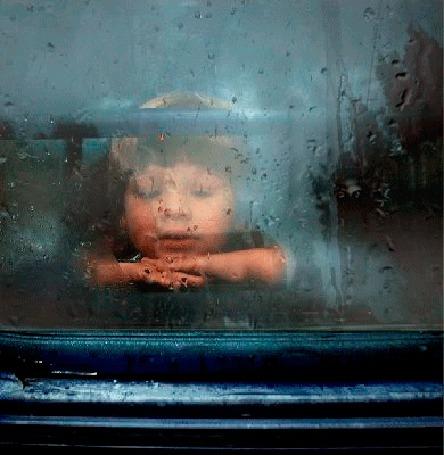 Анимация Мальчик смотрит как по стеклу капли дождя мокрыми дорожками стекают вниз