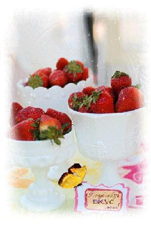 Анимация Клубника в вазочках на фоне бабочки (Попробуй вкус лета) (© qalina), добавлено: 03.08.2015 22:18