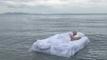 Анимация Человек спит на постели, плавающей по воде (© zmeiy), добавлено: 04.08.2015 19:51