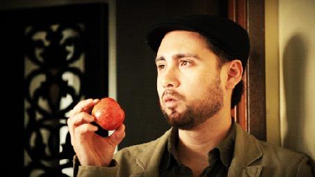 Анимация Мужчина задумчиво крутит в руках яблоко (© phlint), добавлено: 05.08.2015 08:55