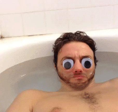Анимация Мужчина в ванной выпускает из рта уточек