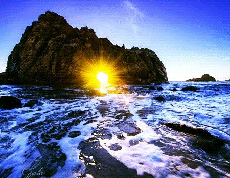 Анимация Сквозь гору светят яркие лучи солнца, на фоне моря, неба, автор Gala (© Natalika), добавлено: 08.08.2015 13:02