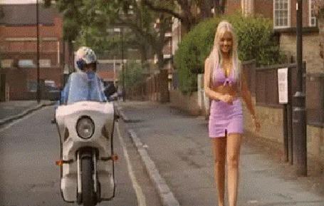 Анимация Мотоциклист засмотрелся на девушку))) (© phlint), добавлено: 10.08.2015 08:41