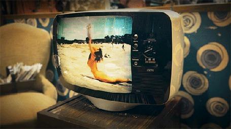 Анимация Телевизор, по которому показывают, как девушка на пляже делает упражнения