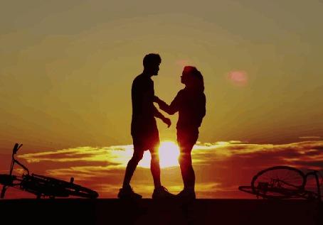Анимация Парень с девушкой целуются на закате
