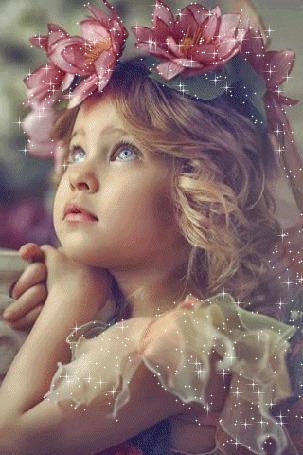 Анимация Маленькая девочка, стоит облокотившись на колонну, в цветочном венке из кувшинок, фотограф Natalia Zakonova / Наталья Законова