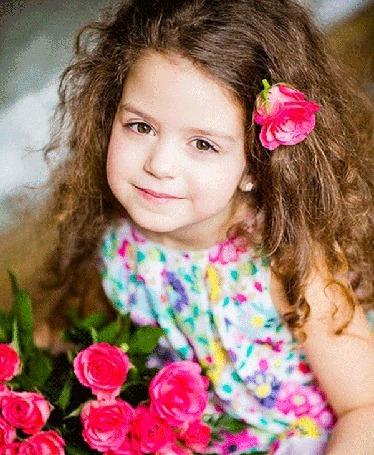 Анимация Девочка с красными розами улыбается (© phlint), добавлено: 20.08.2015 08:26