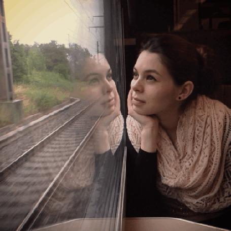 Анимация Девушка смотрит в окно проходящего поезда