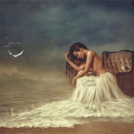 Анимация Полуобнаженная девушка сидит в кресле на берегу моря