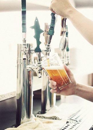 Анимация За барной стойкой мужчина наливает пиво в бокал (© ДОЛЬКА), добавлено: 06.09.2015 23:28