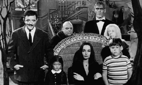 Анимация Семейка Адамс из одноименного фильма Семейка Адамс / The Addams Family / щелкает пальцами рук