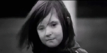 Анимация Лицо девочки на движущемся фоне